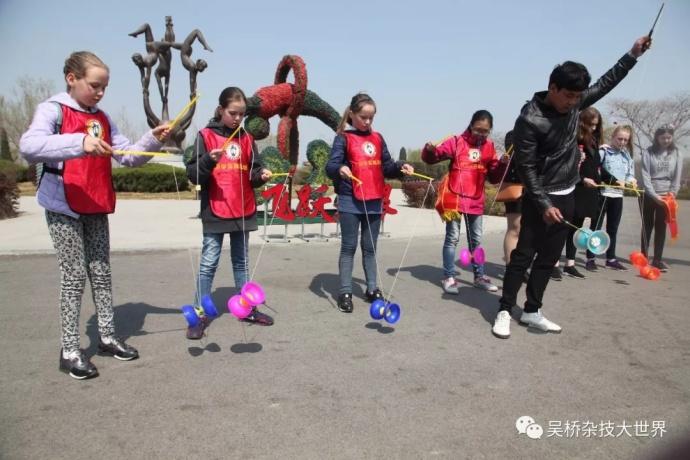 童真无需国界、教学无需语言,肢体动作的表达就可以将文化传承发扬。