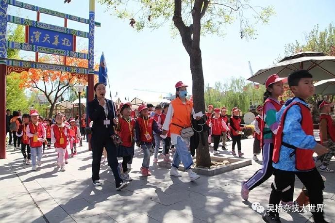 在景区优秀导游全程陪同讲解下,千名学子吴桥杂技研学之行揭开了序幕。
