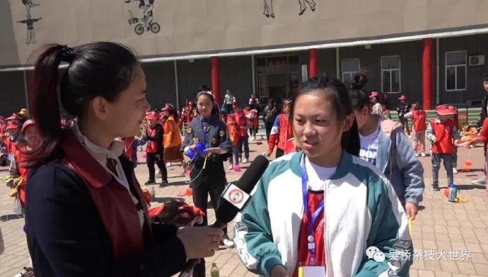 采访时带队老师、学子们对景区给予非常高的评价,对千年传承的吴桥杂技惊叹不已。