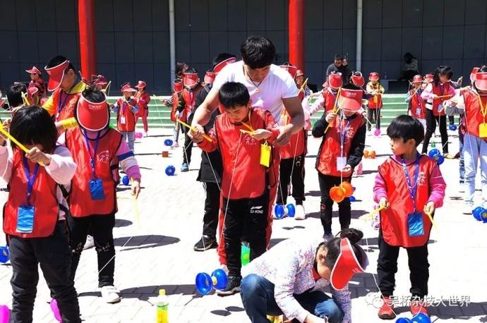 十几位优秀的专业杂技演员手把手的教给学子们学习抖空竹,场面空前。