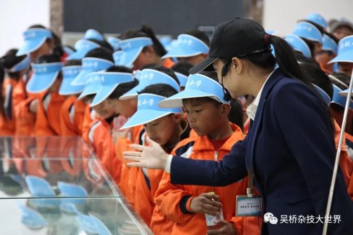 启航小学师生一行近日来到吴桥杂技大世界研学深度游。
