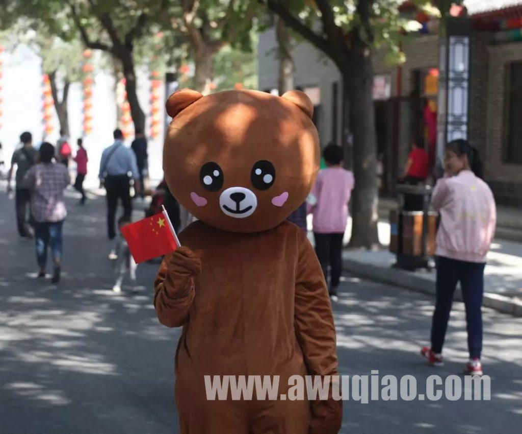 """入园的""""小朋友""""还可以收到卡通网红熊送上的精美儿童节神秘礼物。好礼有限,先到先得。"""