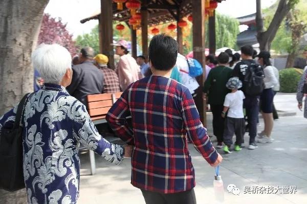 5月12日致敬母亲节-儿时你大手拉小手现在我牵着你的手虽然你的手,布满岁月蹉跎的痕迹但,只要握在手中,便是一种安心。