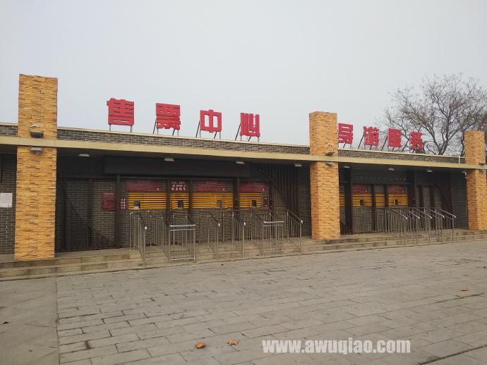 吴桥杂技大世界正门左侧有售票中心和导游服务