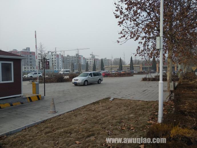 杂技大世界正门右前方有停车场