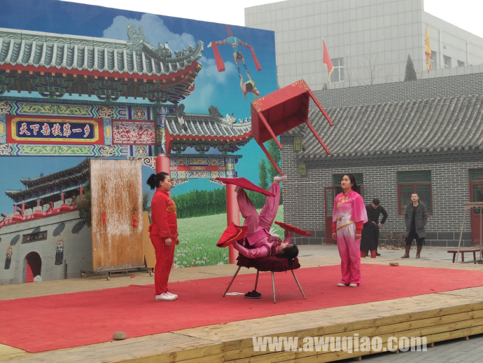 中华园大马戏团顶桌子