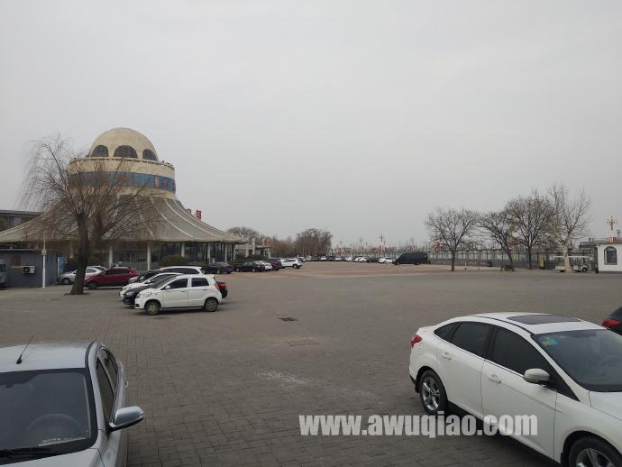 红牡丹宾馆露天停车场