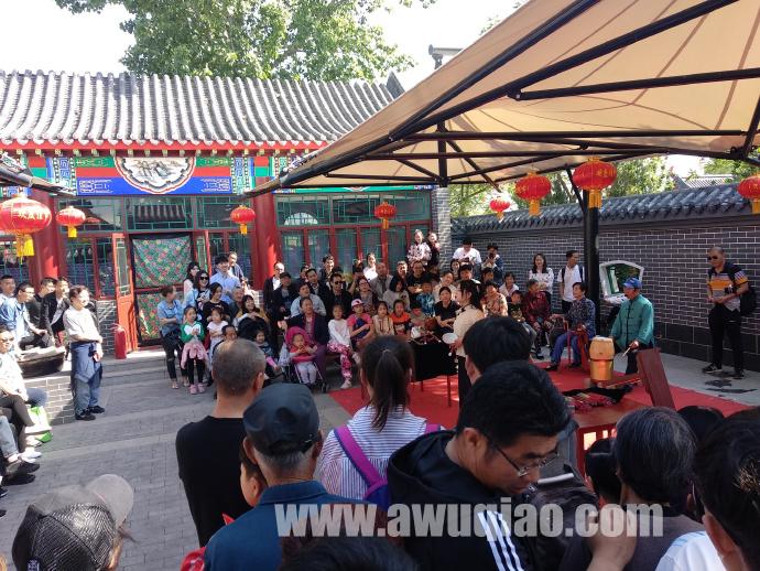 吴桥杂技大世界景区内欢声笑语,掌声、喝彩声不断。游客们体验吴桥杂技的魅力。
