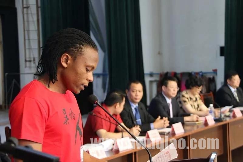 留学生代表伊萨卡发言