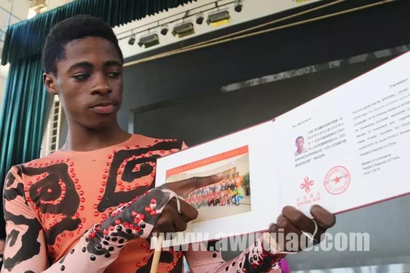 杂技留学生展示他的毕业证书